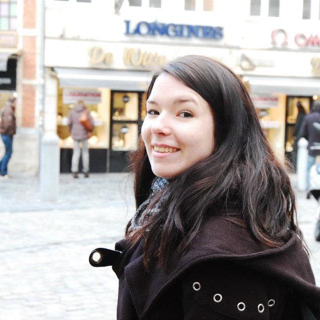 Eine junge Frau mit dunkelbraunen Haaren